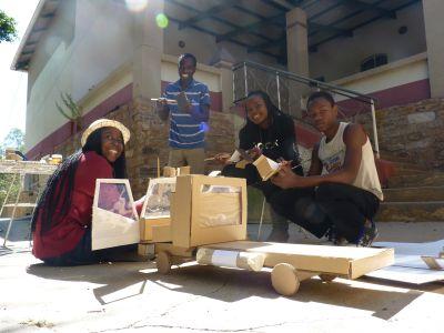 2013 - Partizipation von Anfang an - Schüler aus Windhoek bauen ein Modell als Vorlage für das Ombombo Mobile Classroom