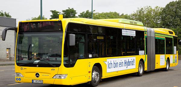 Mit einer neuen Beklebung wird die komplexe Technik des Hybridbusses bildlich erläutert.