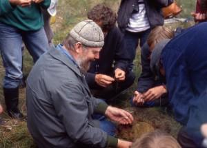 Prof. Dr. Michael Succow bei einer Moorexkursion 1991